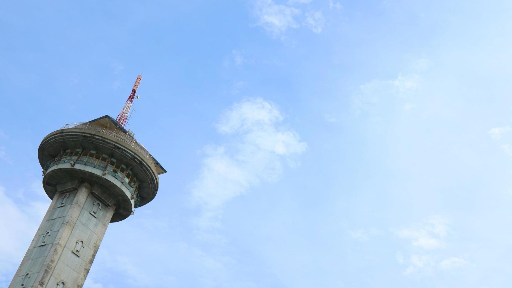 minarets de la mosquée sur fond de ciel photo