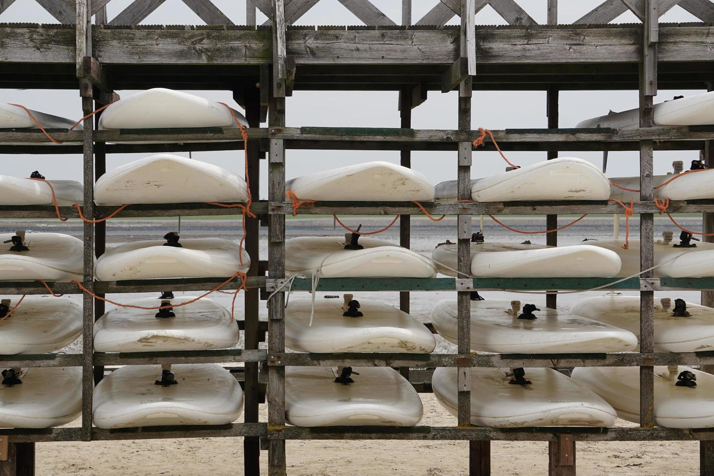 Planches de surf dans le port de la mer du Nord, Norderney photo