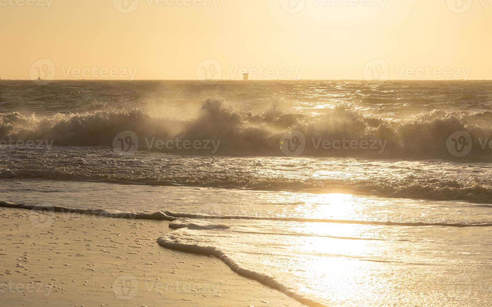 scène naturelle de grosses vagues frappe la côte rocheuse à Baker Beach. photo