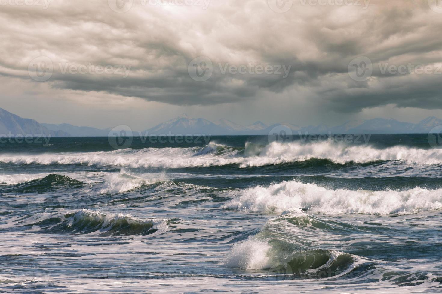belle vague sur le fond du paysage marin. photo