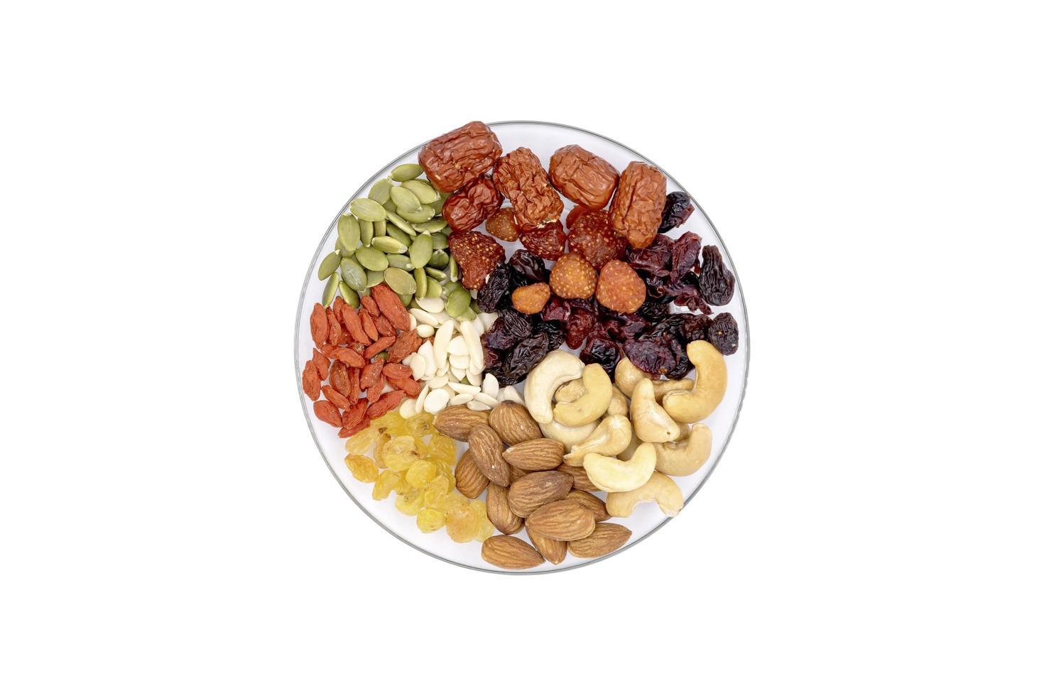 vue de dessus groupe de grains entiers et de fruits secs dans une plaque de verre. photo