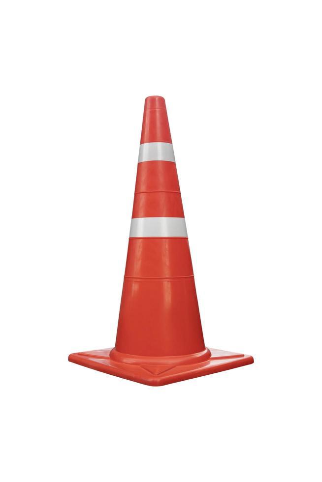 cône de signalisation de couleur orange réfléchissant isolé sur fond blanc. photo