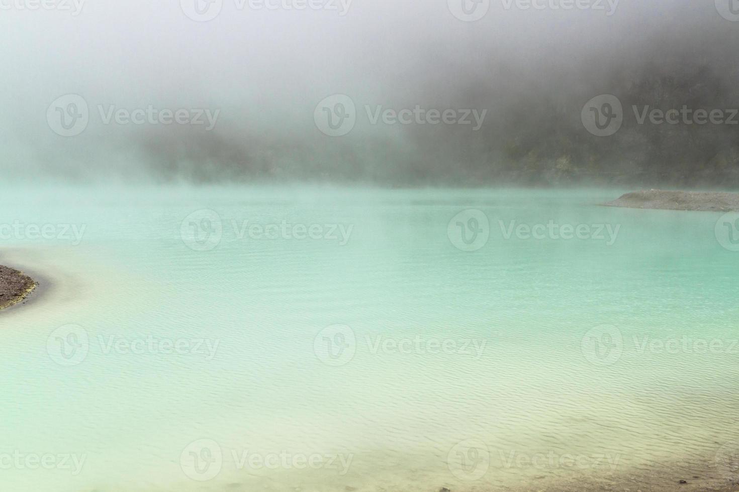 surface du lac brumeux photo