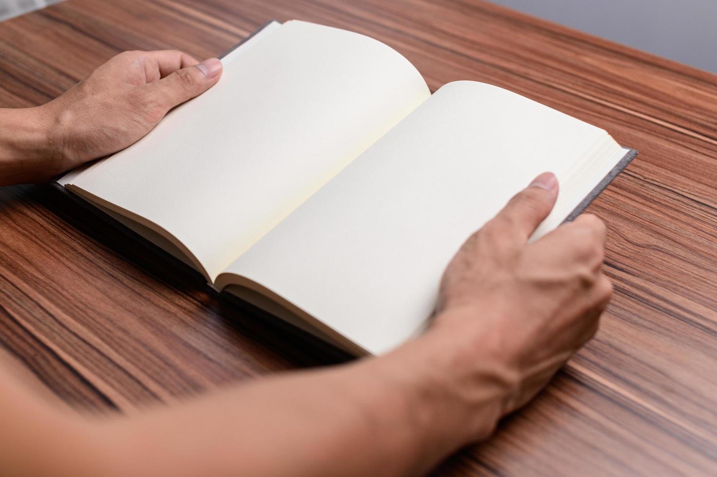 le livre est au bureau. photo