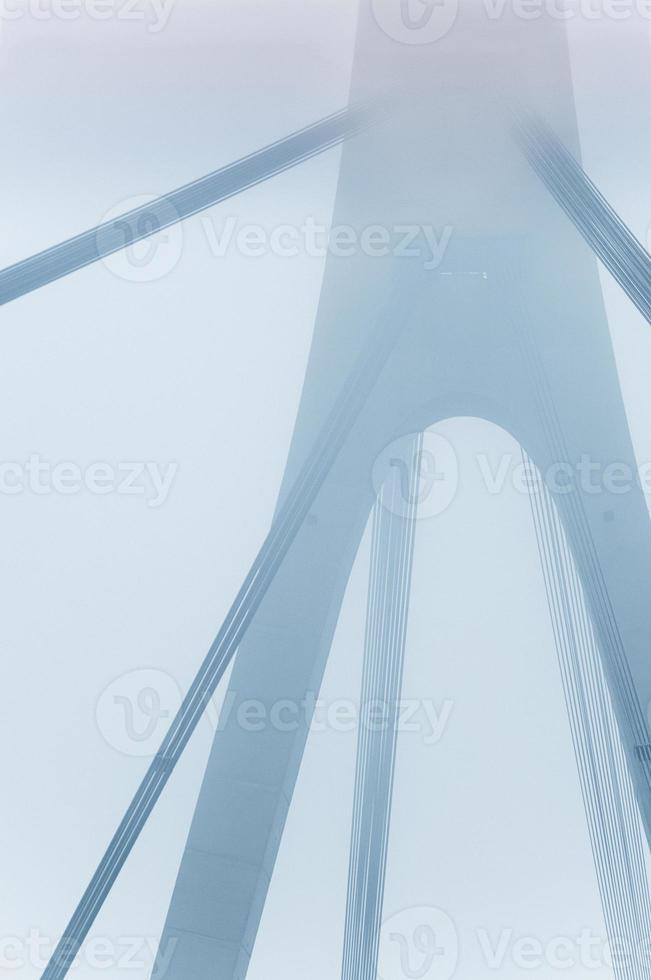grand pont dans le brouillard photo