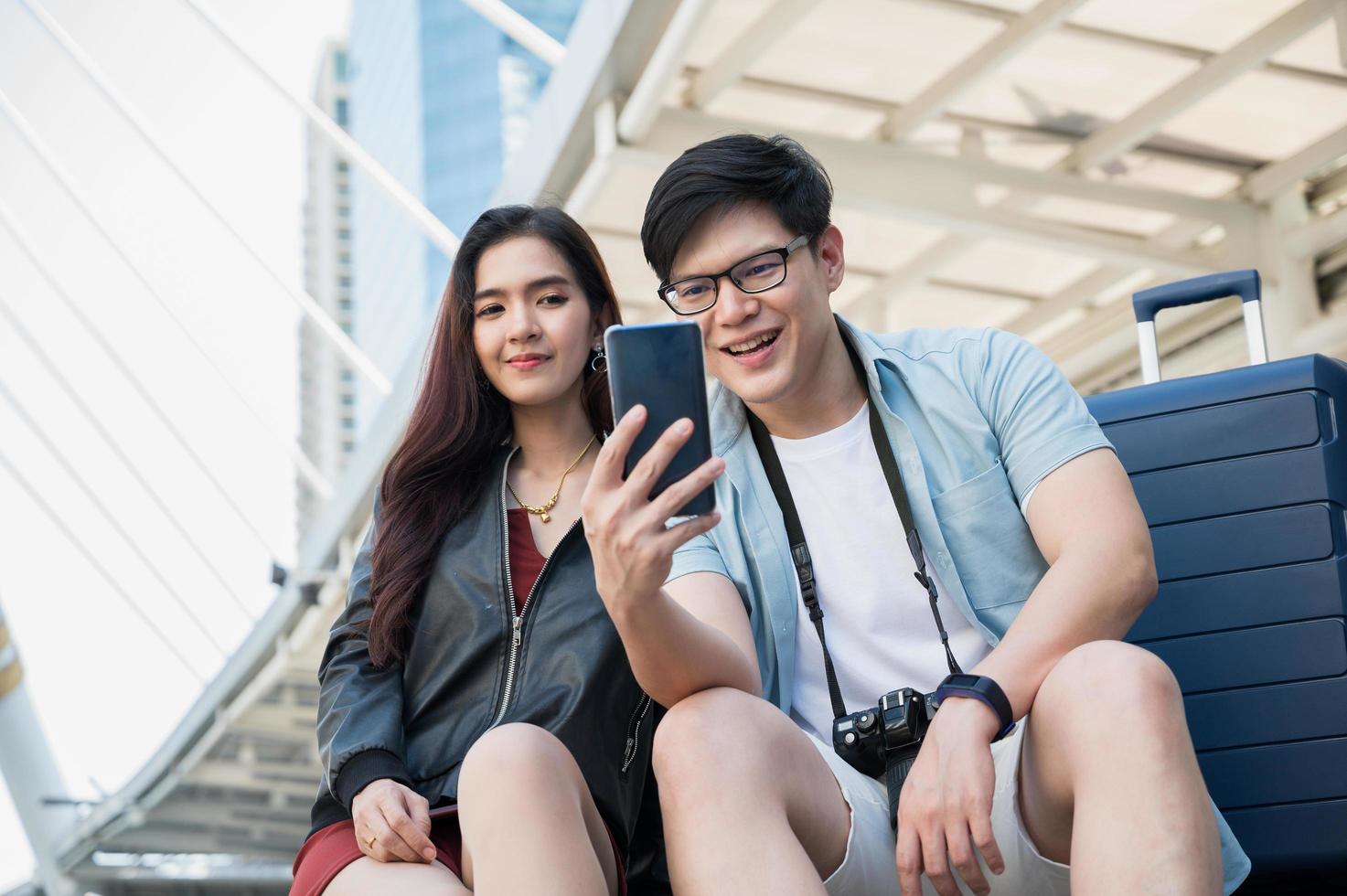 un amoureux des voyages utilise un smartphone pour trouver l'emplacement photo