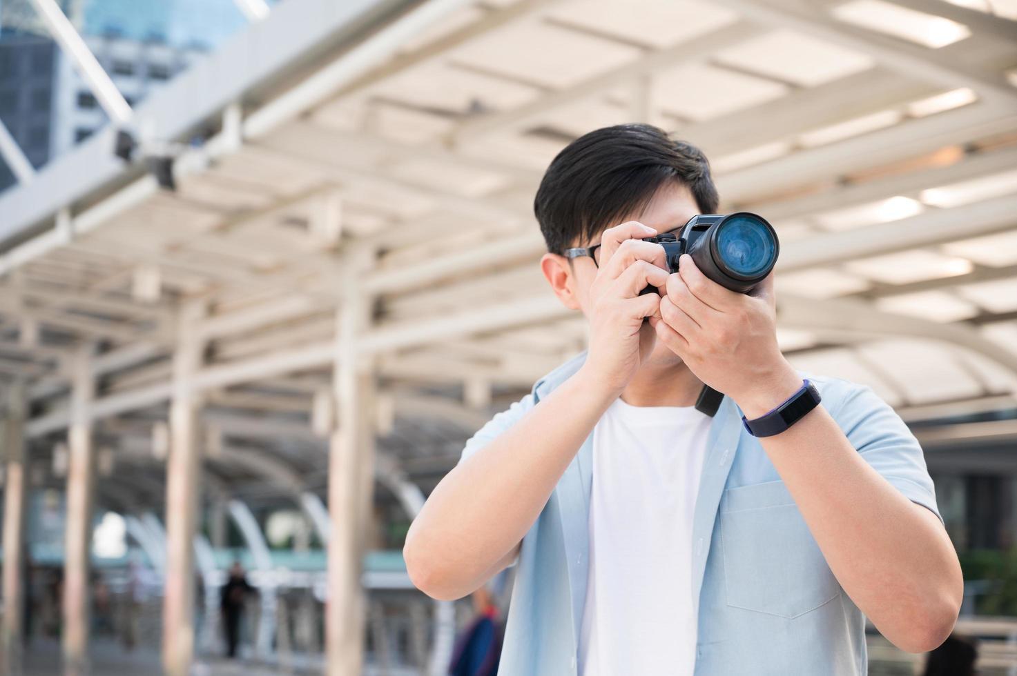 les touristes asiatiques sont debout, prenant des photos avec un touriste
