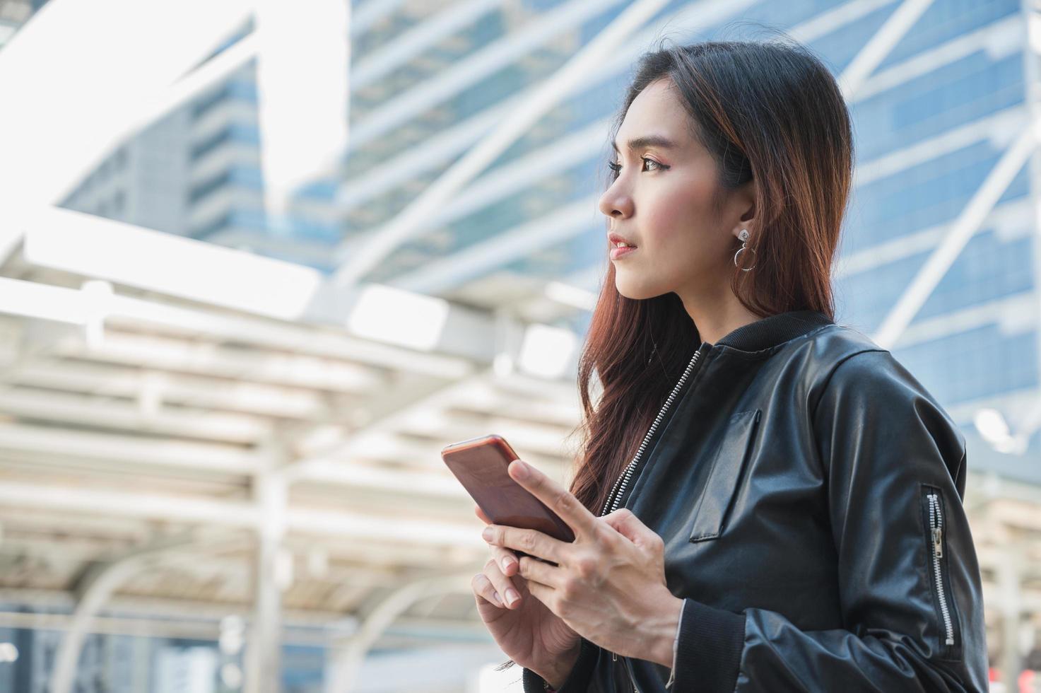 jeunes belles femmes asiatiques utilisant un smartphone. photo