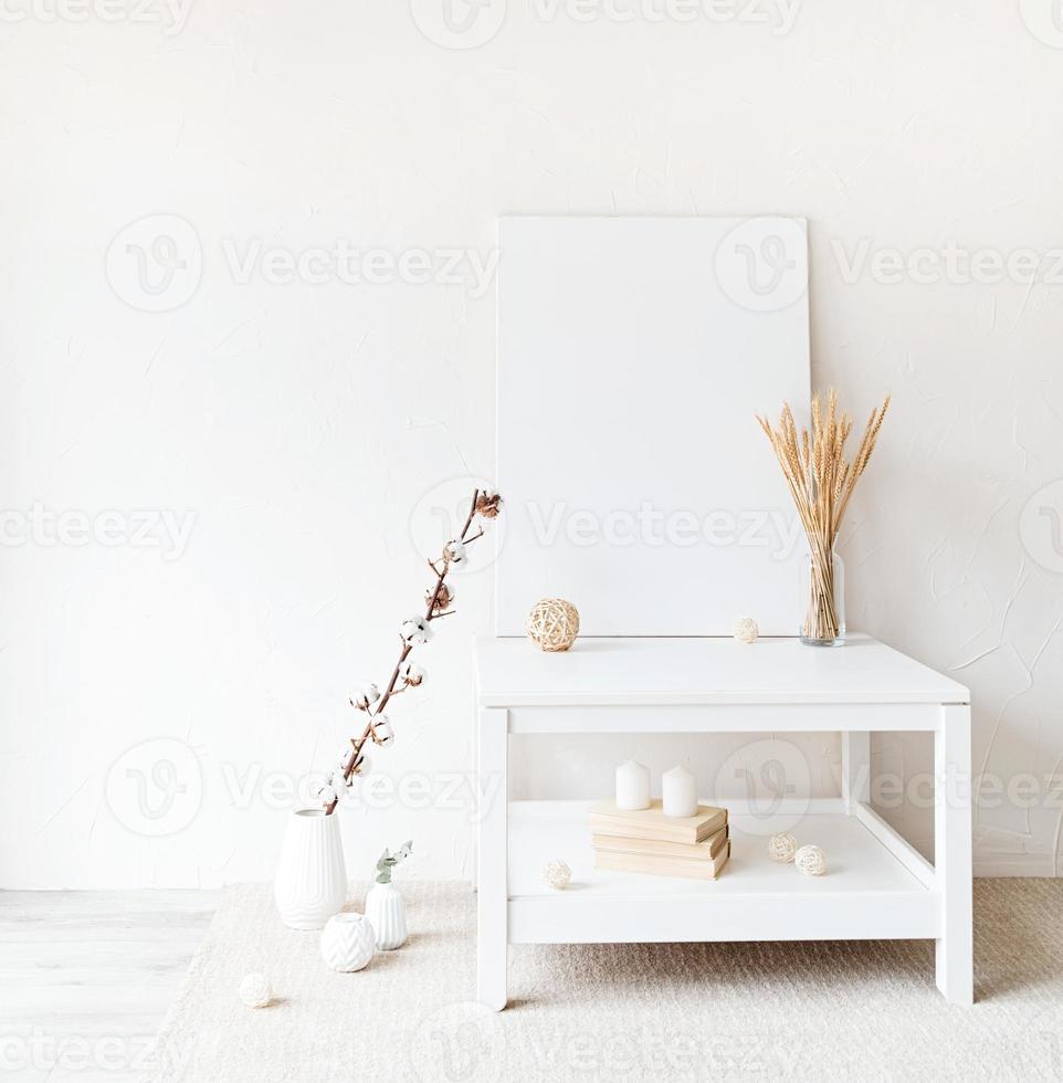 maquette de cadre d'affiche sur table sur fond de mur blanc photo