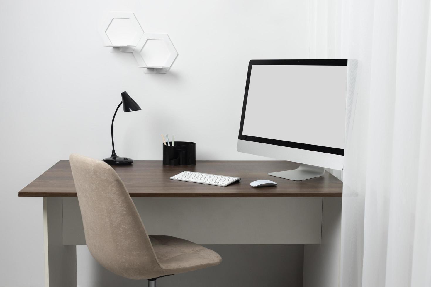 agencement de bureau grand angle avec ordinateur portable photo