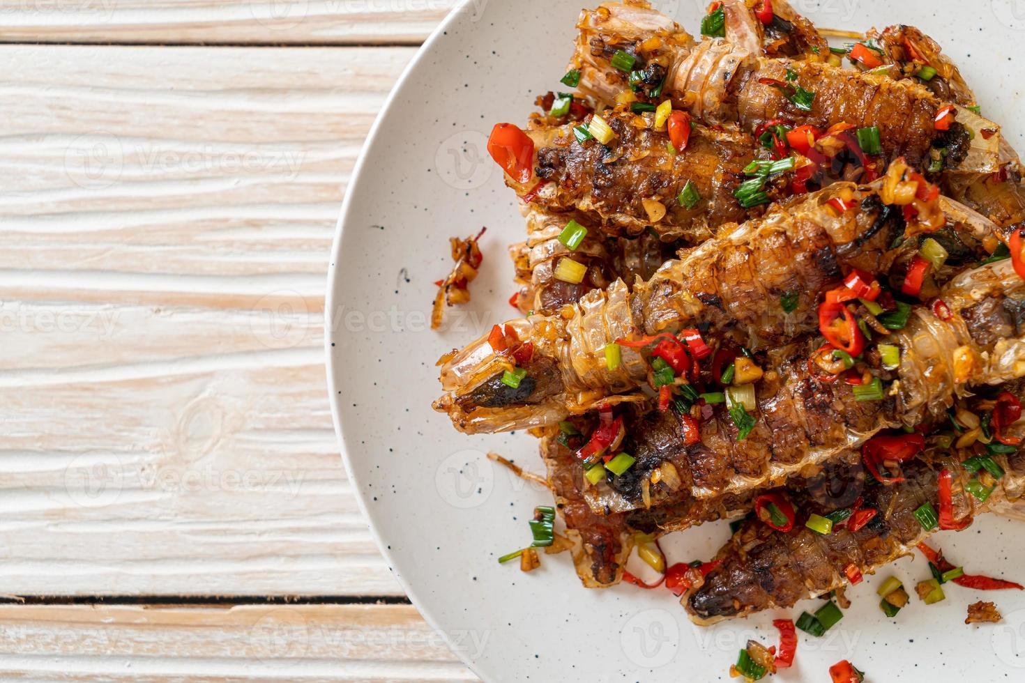 crevettes mantis ou écrevisses sautées avec piment et sel photo