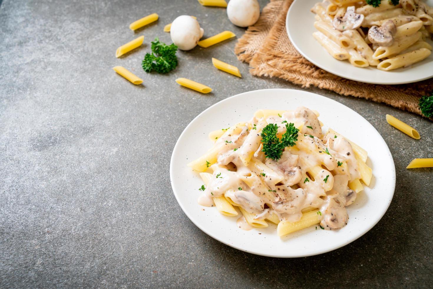 Penne pâtes carbonara sauce crème aux champignons photo