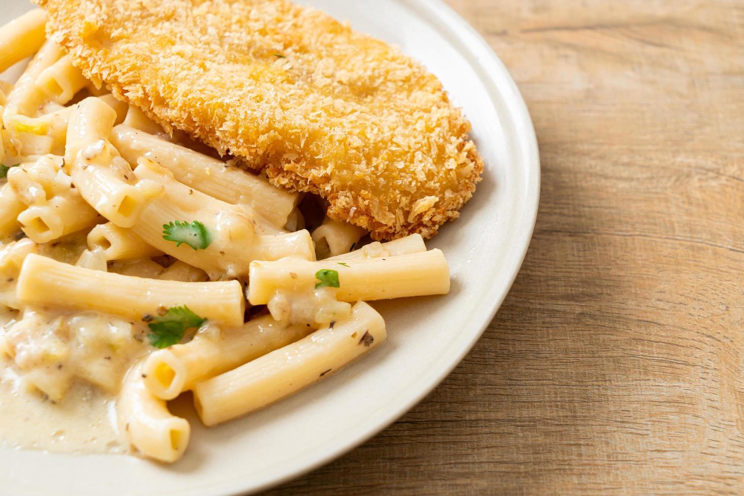 pâtes quadrotto penne sauce crème blanche avec poisson frit photo