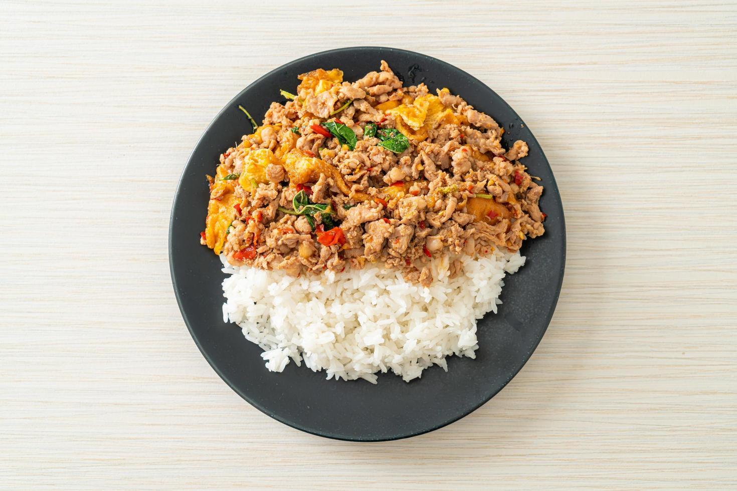 porc haché sauté au basilic et œuf garni de riz photo
