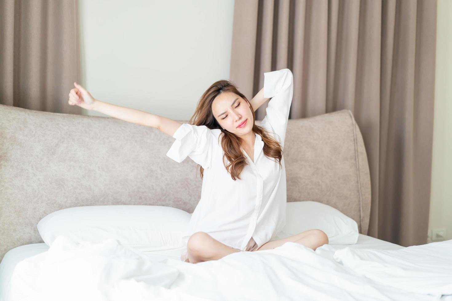 portrait belle femme se réveiller sur le lit photo