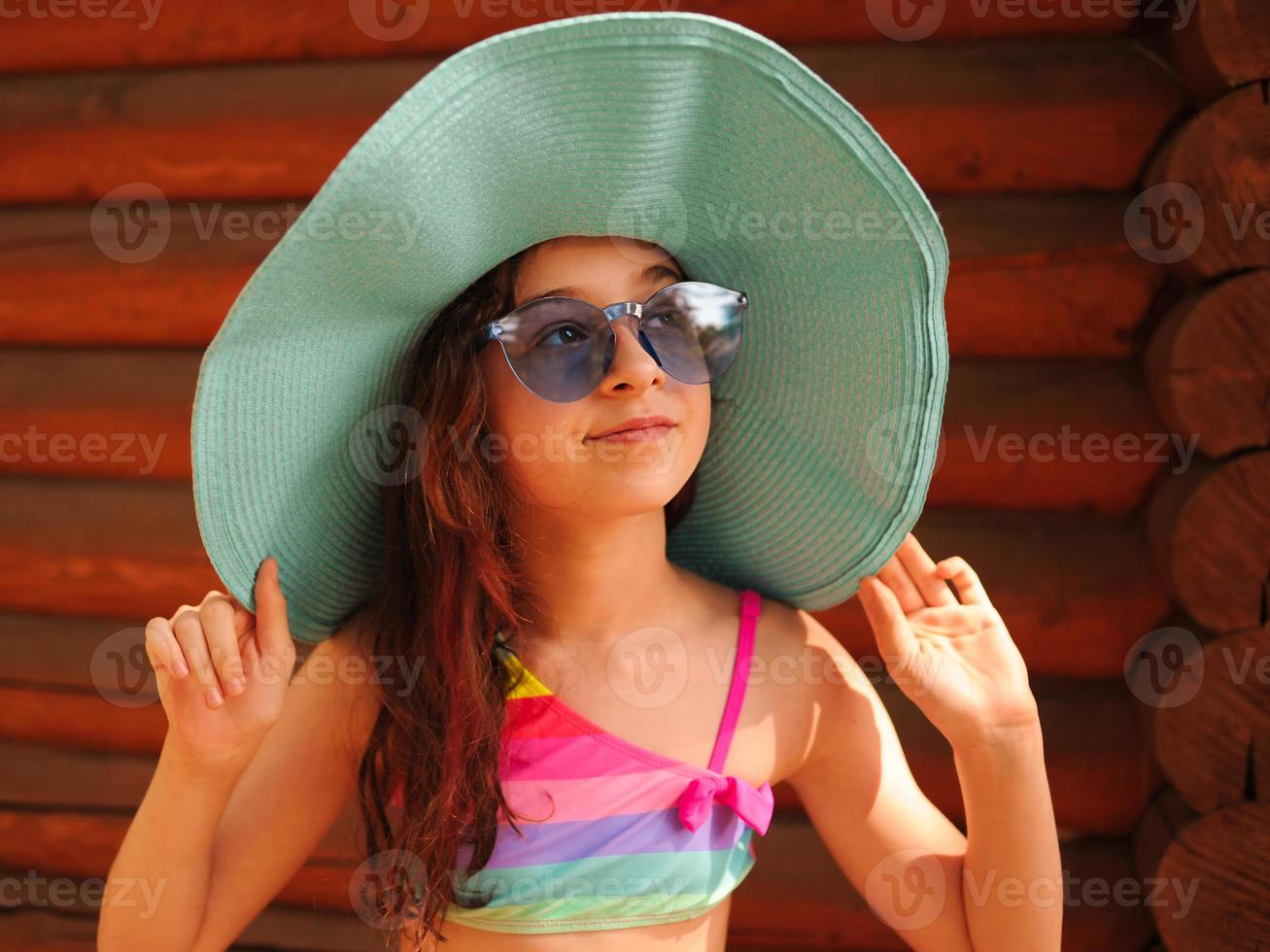 fille dans un chapeau et des lunettes en été. portrait d'une belle fille. photo