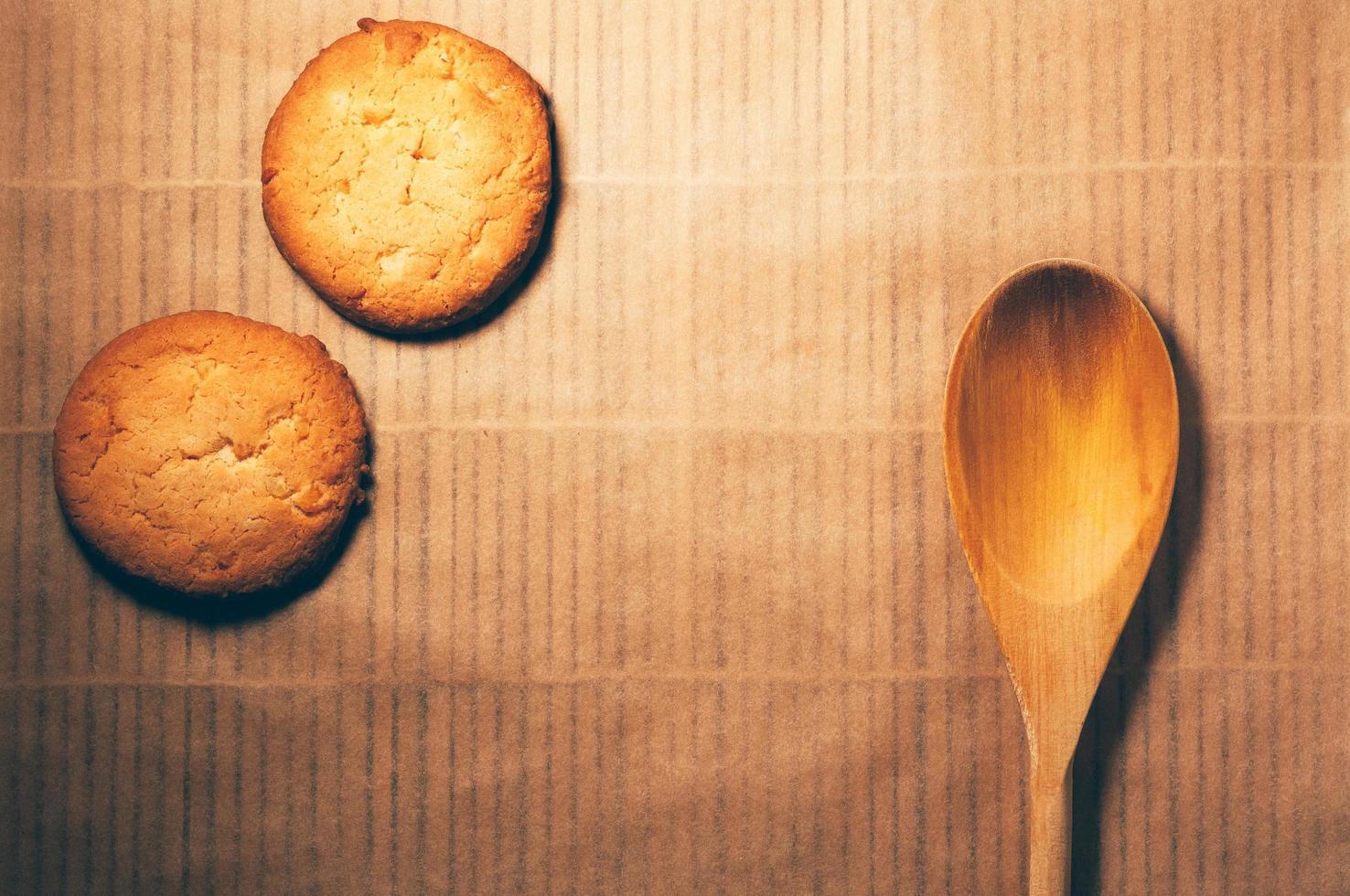 biscuits ronds avec cuillère en bois, sur fond de bambou photo