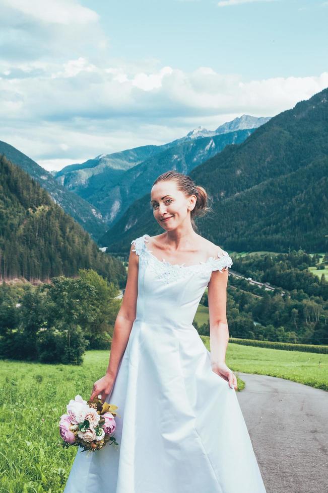 Jolie femme d'âge moyen en robe de mariée à l'extérieur de l'Italie photo
