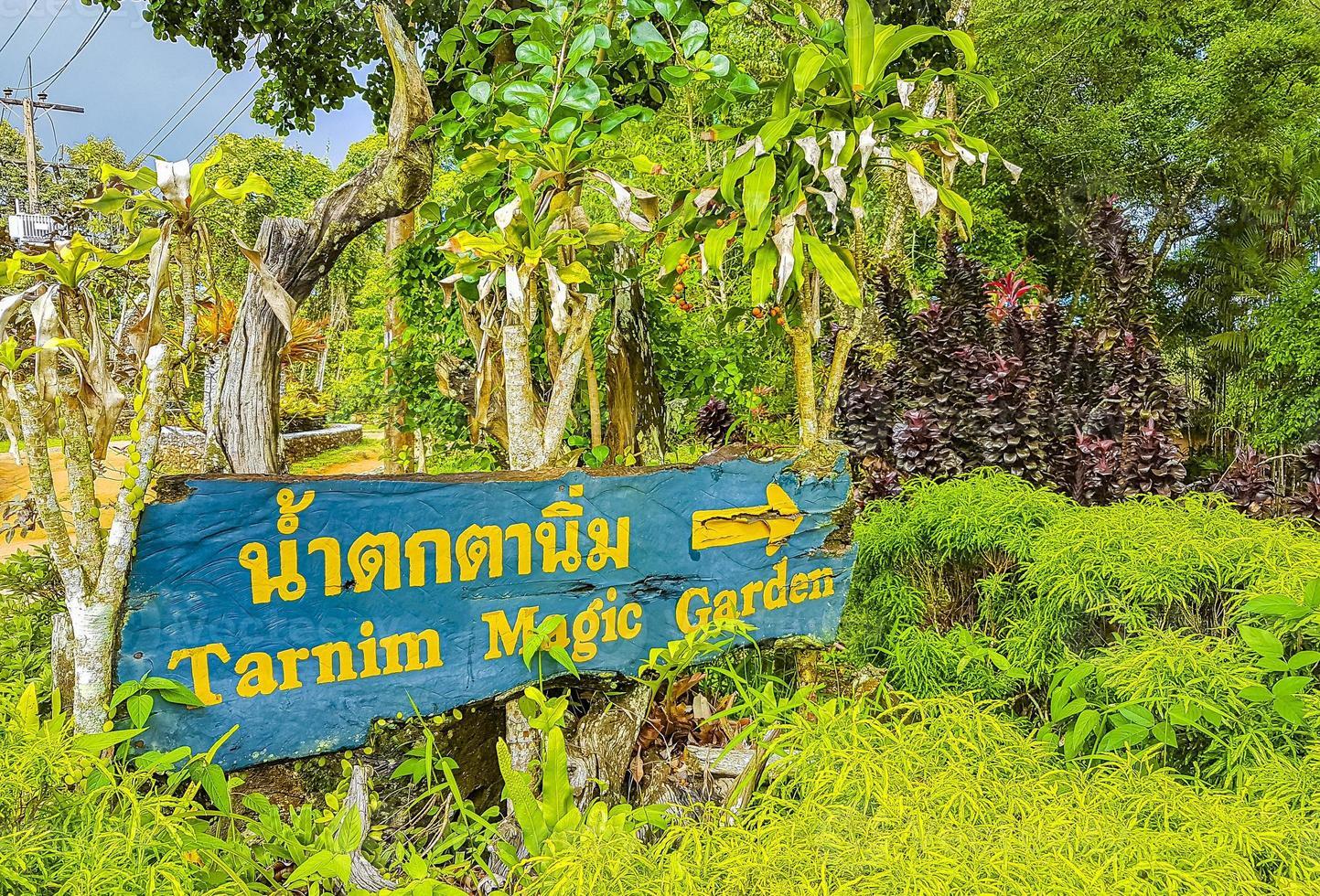 panneau de direction jardin magique de tarnim et cascade koh samui en thaïlande. photo