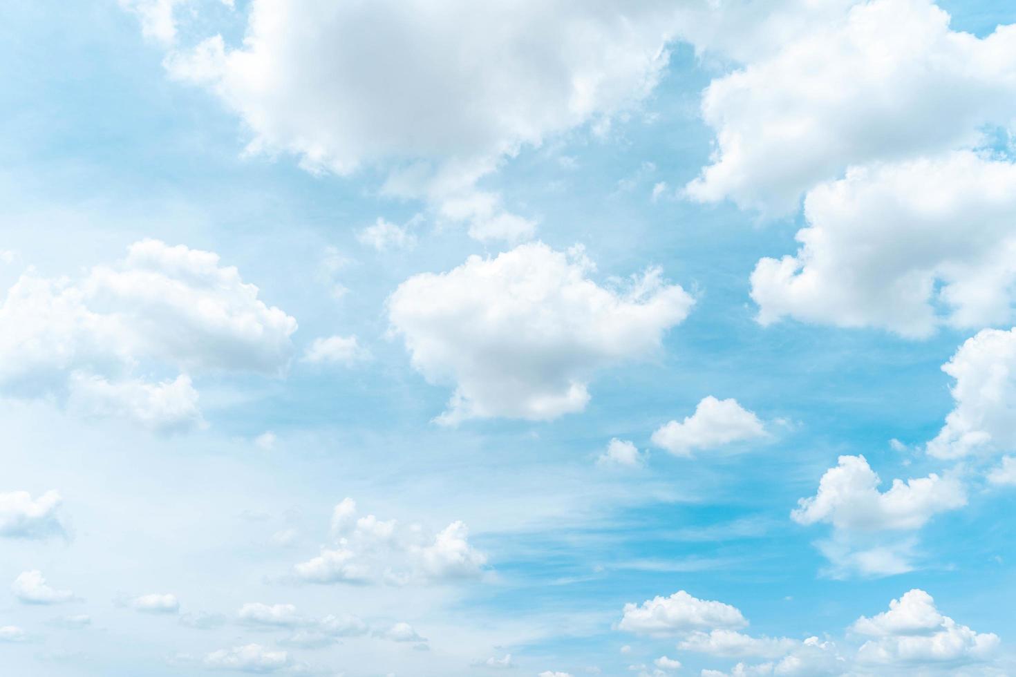 ciel bleu du matin avec des nuages photo