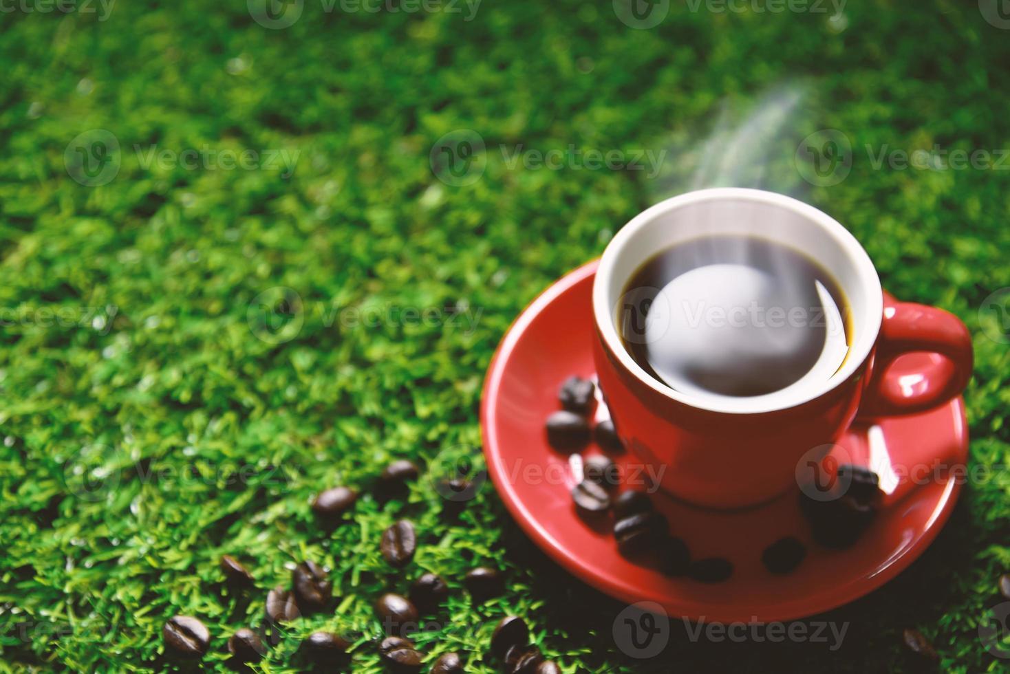 tasse de café rouge sur l'herbe verte avec espace de copie photo