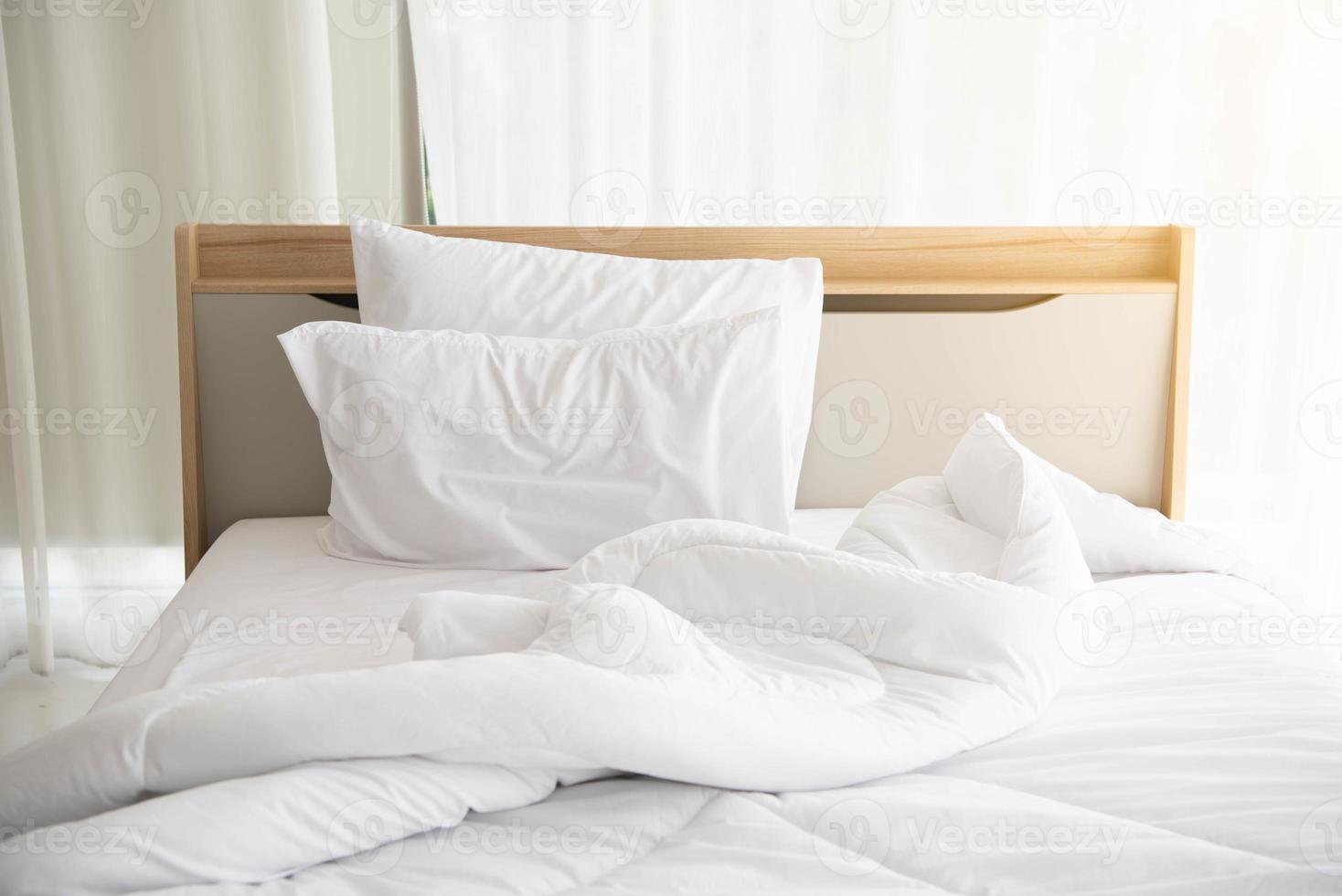 lit défait blanc le matin avec soleil avec rideau blanc photo