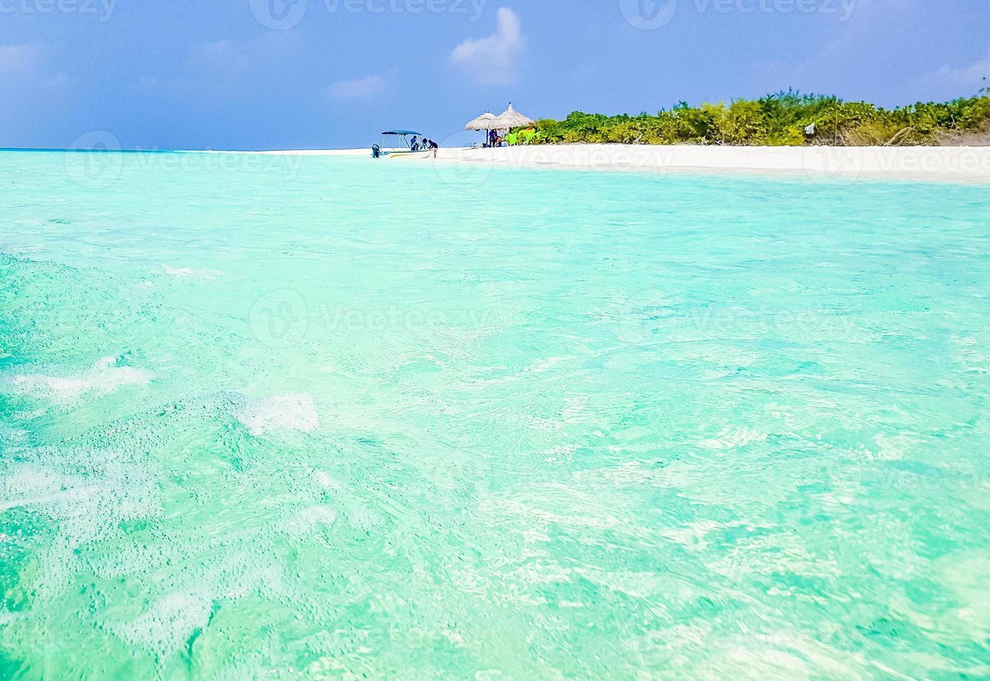 eau claire aux îles sandbank madivaru et finolhu dans l'atoll de rasdhoo, maldives photo