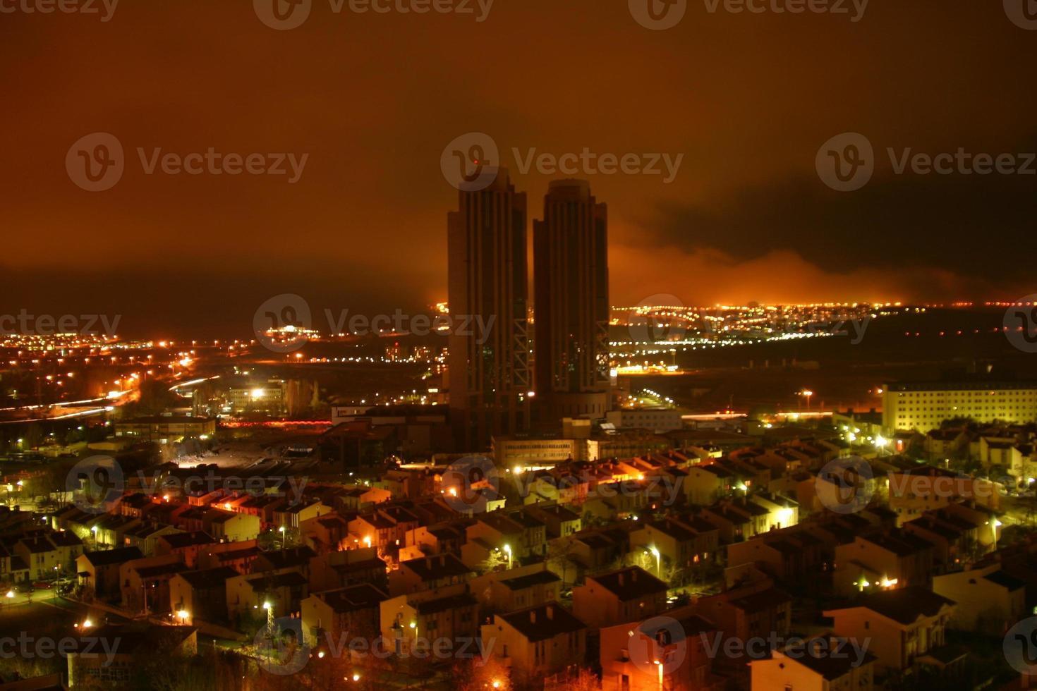 une vue nocturne d'ankara photo