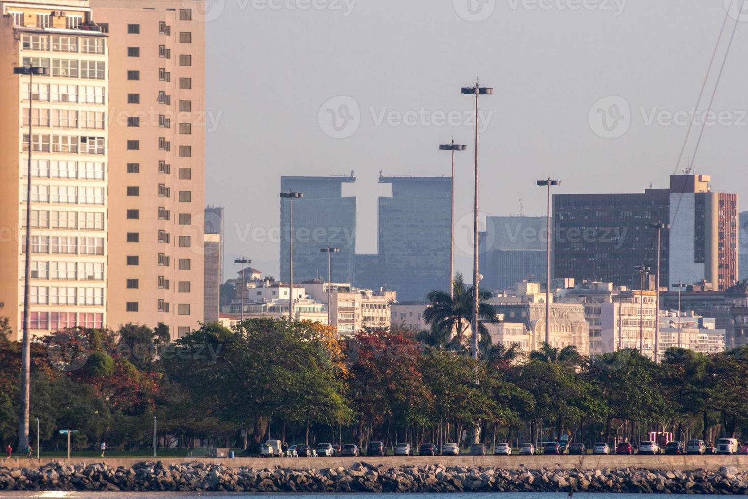 Bâtiments du centre-ville vus du quartier d'urca à rio de janeiro, brésil photo