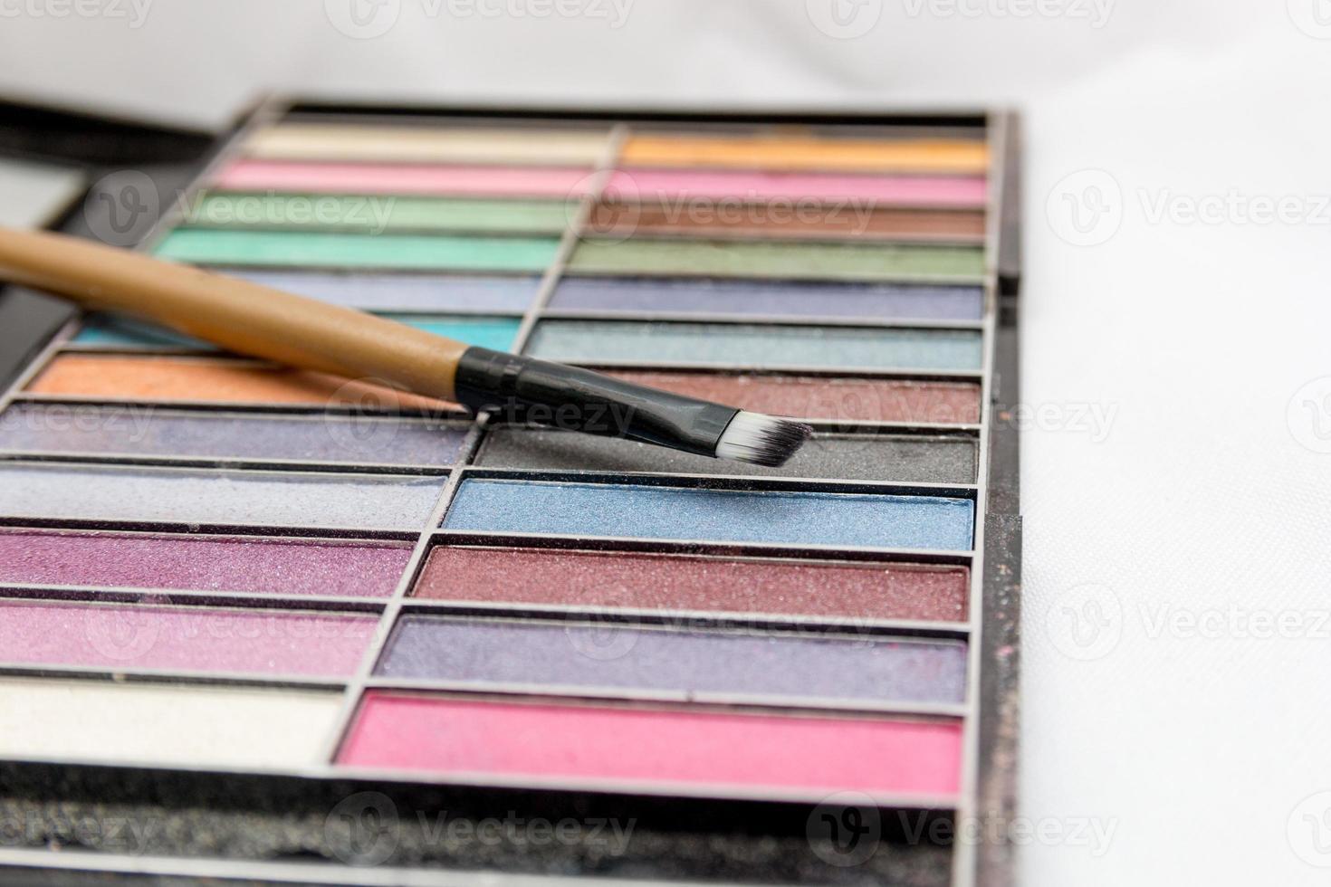 maquillage, palette de fards à paupières sur fond blanc photo