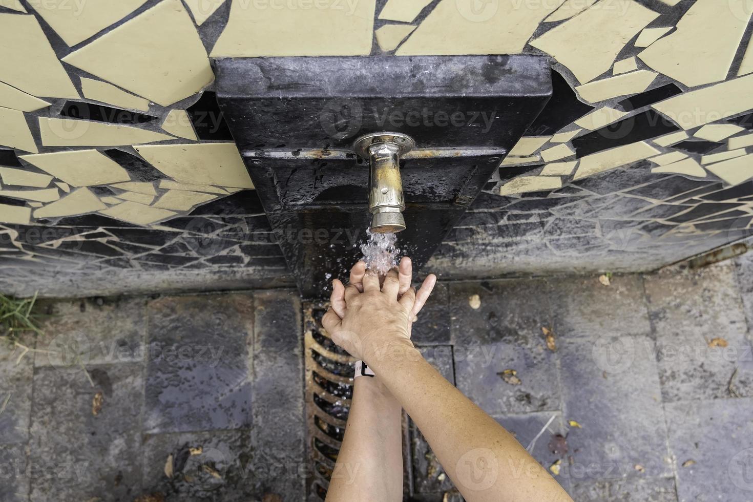 se laver les mains dans une fontaine photo