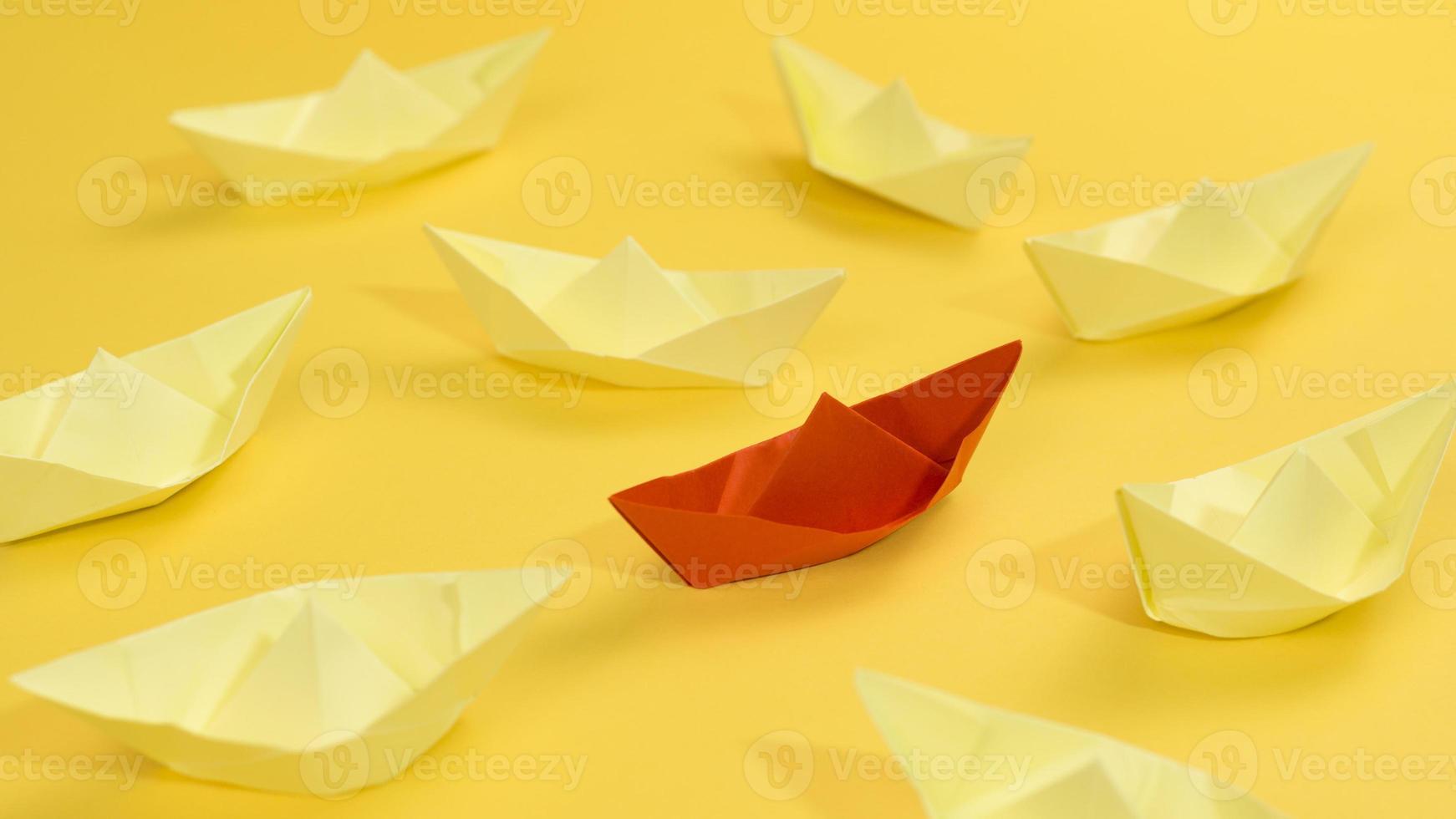 arrangement abstrait avec des bateaux en papier sur fond jaune photo