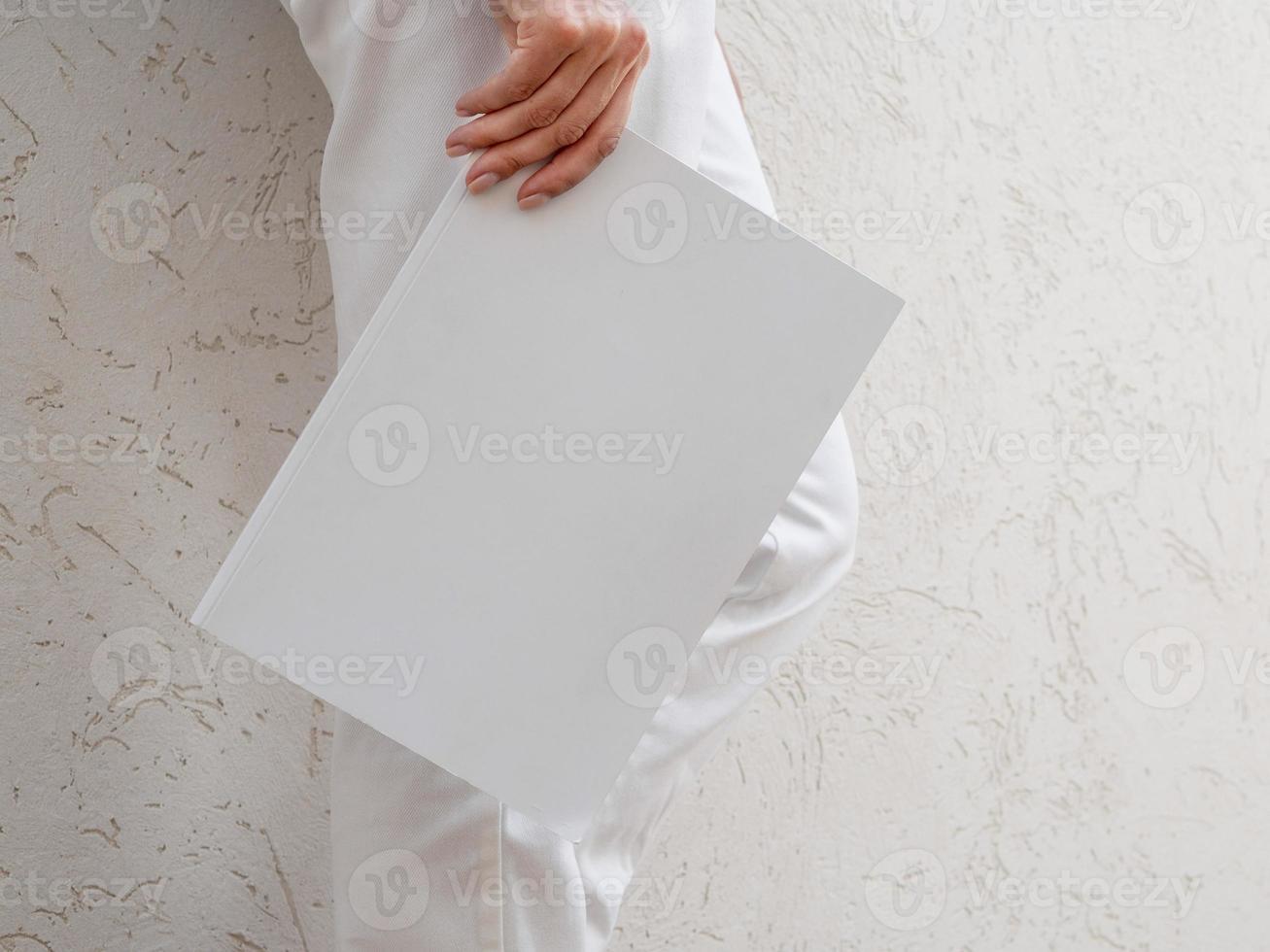 femme tenant un magazine de maquette photo