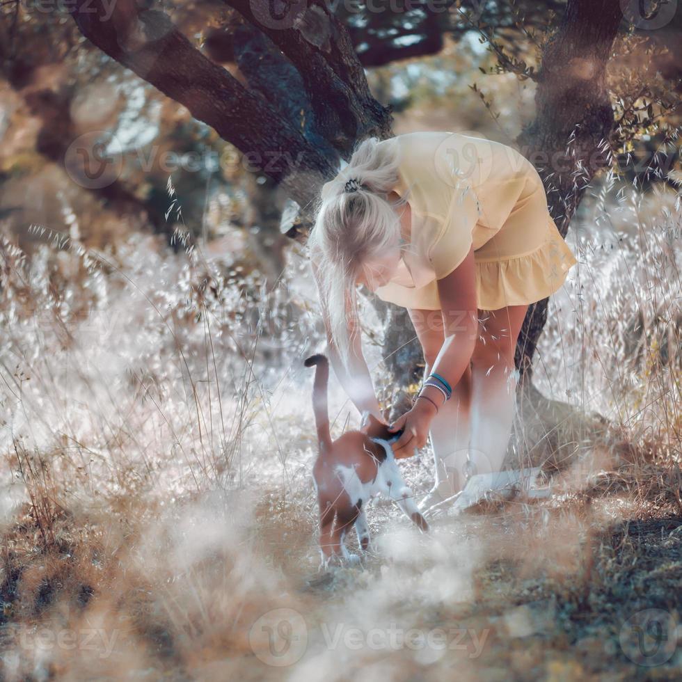 une femme blonde aux pieds nus dans une robe d'été jaune photo