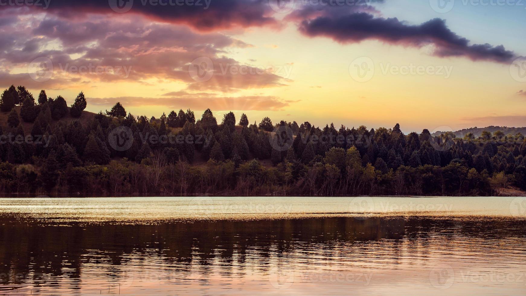 lever du soleil au lac mladost, veles, république de macédoine du nord. photo