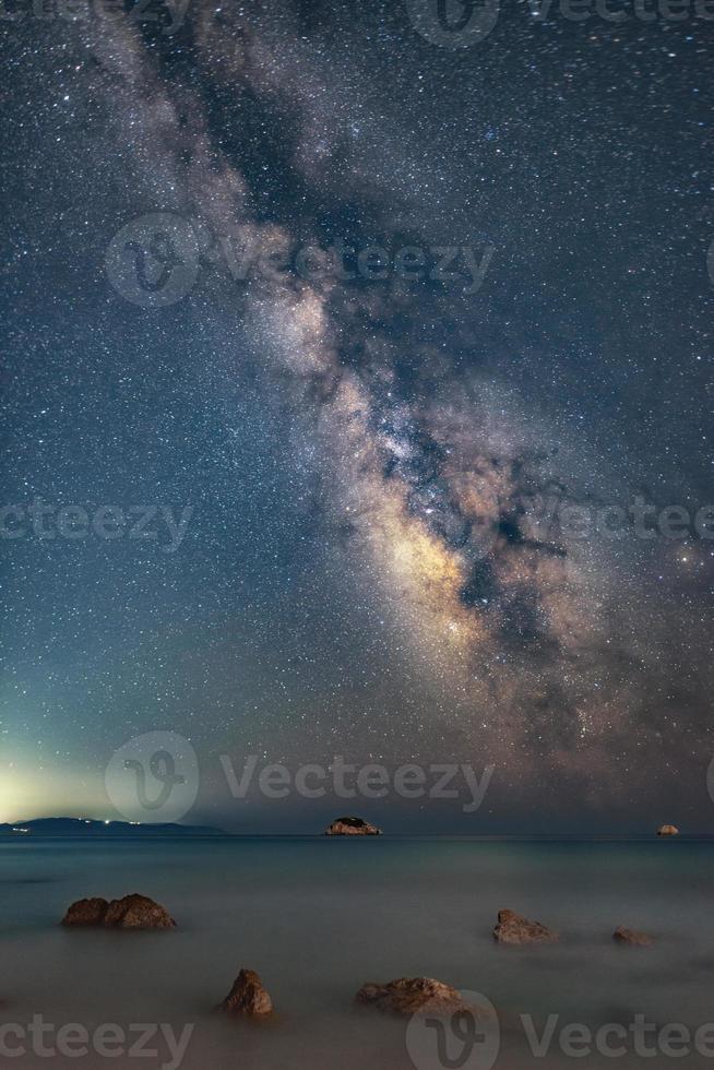 galaxie de la voie lactée au-dessus de l'île de zakynthos capturée depuis l'île de céphalonie, en grèce. le ciel nocturne est d'une précision astronomique. photo
