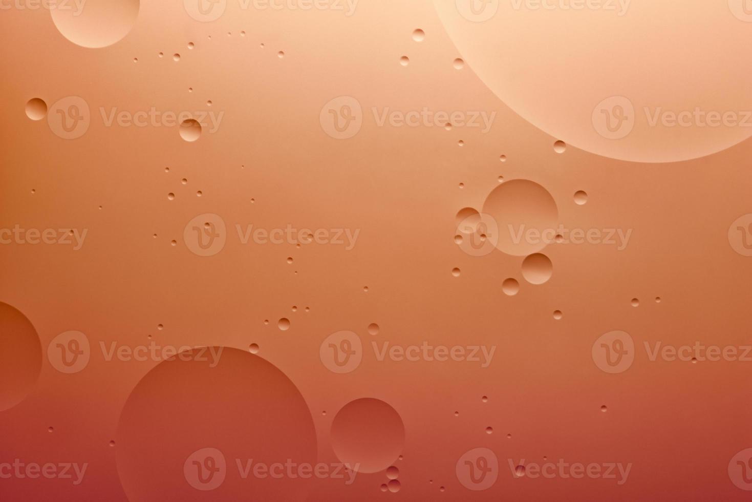 eau et huile, arrière-plan abstrait de couleur basé sur des cercles et des ovales de couleur orange, abstraction macro, vraie photo. photo