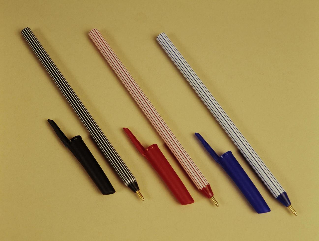 stylo à bille noir, rouge et bleu photo