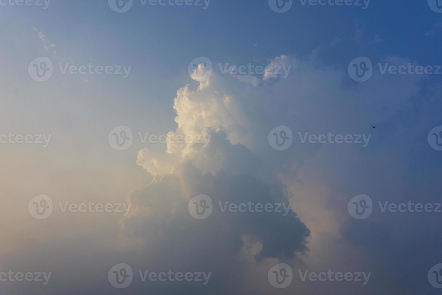 vue imprenable sur les nuages dans le ciel bleu photo