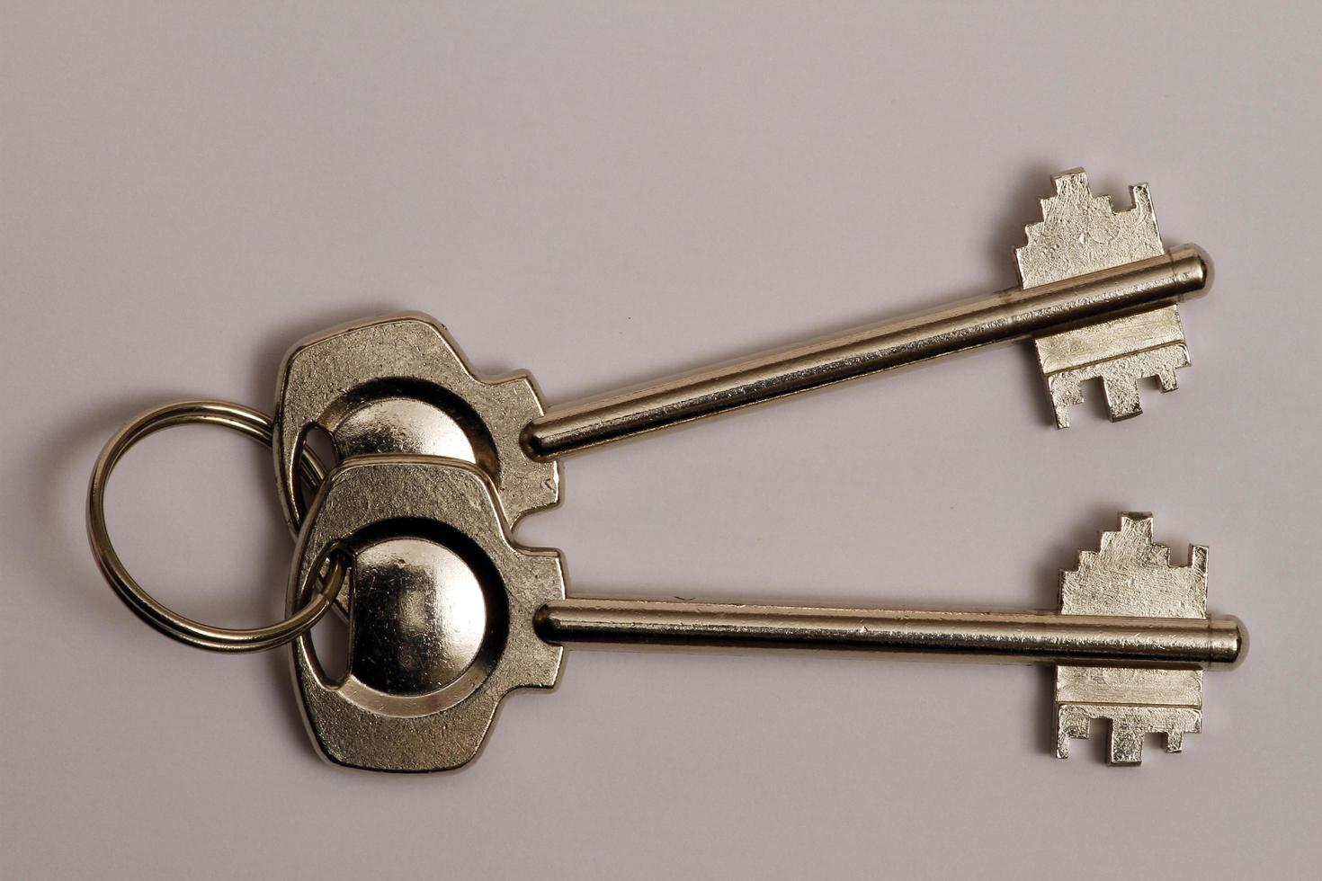 l'ancienne clé de serrure mécanique utilisée dans les portes intérieures des maisons. photo