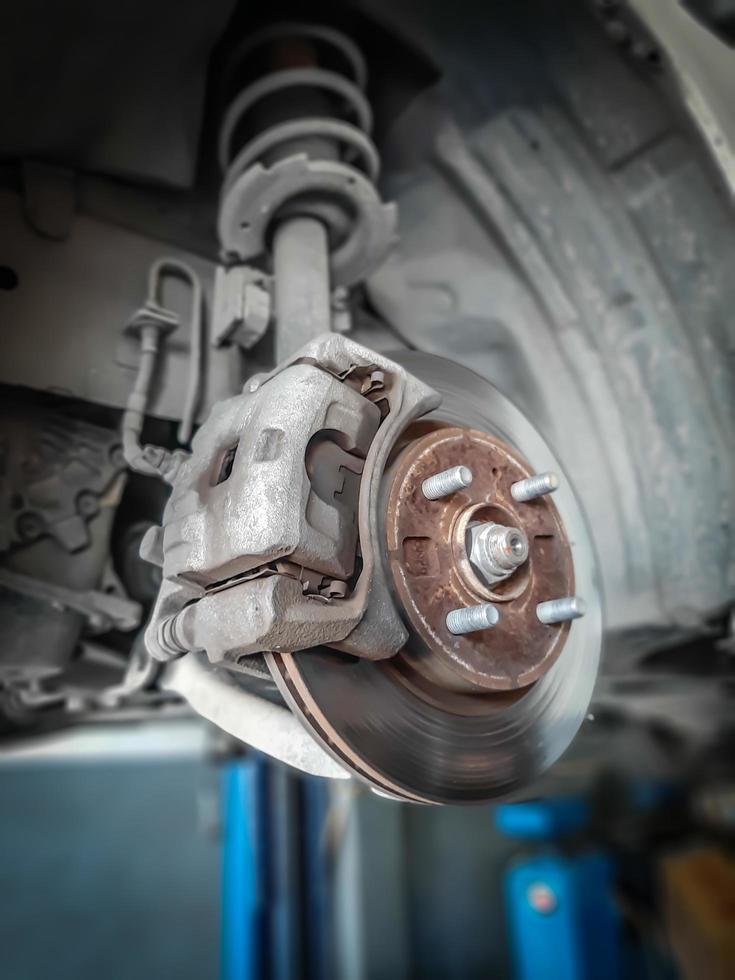 voiture enlever la roue montrer l'ensemble de frein à tambour. changement de pneu. photo