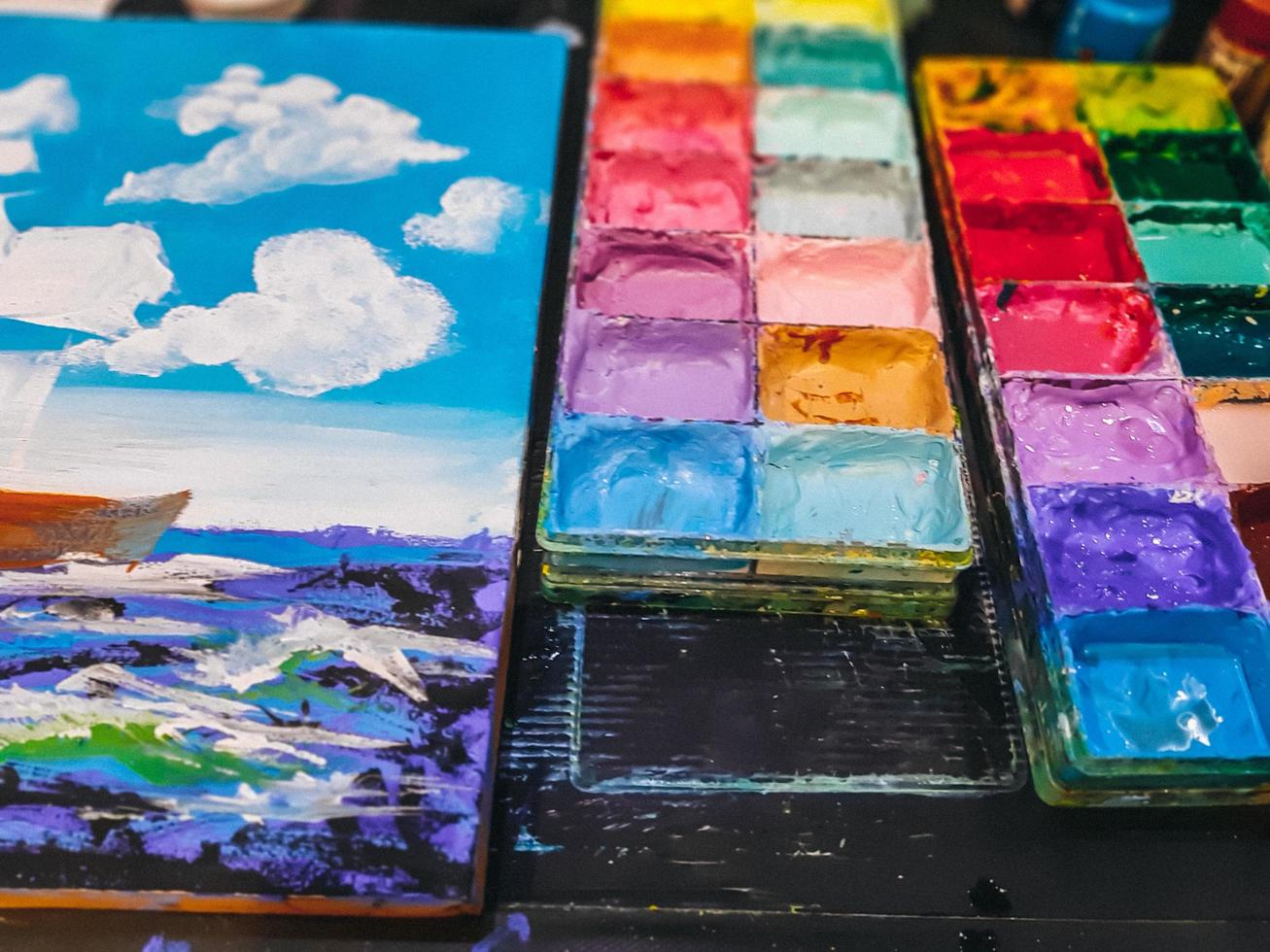aquarelle dans une palette, les peintures à l'eau de la palette sur la table, beaucoup de couleurs dans les peintures à l'eau de la palette photo