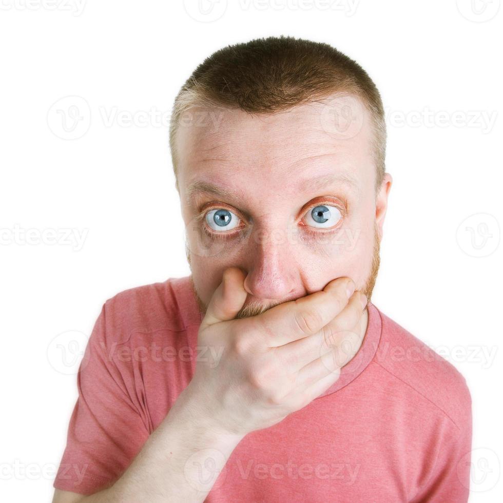 un homme surpris tient sa main sur sa barbe photo