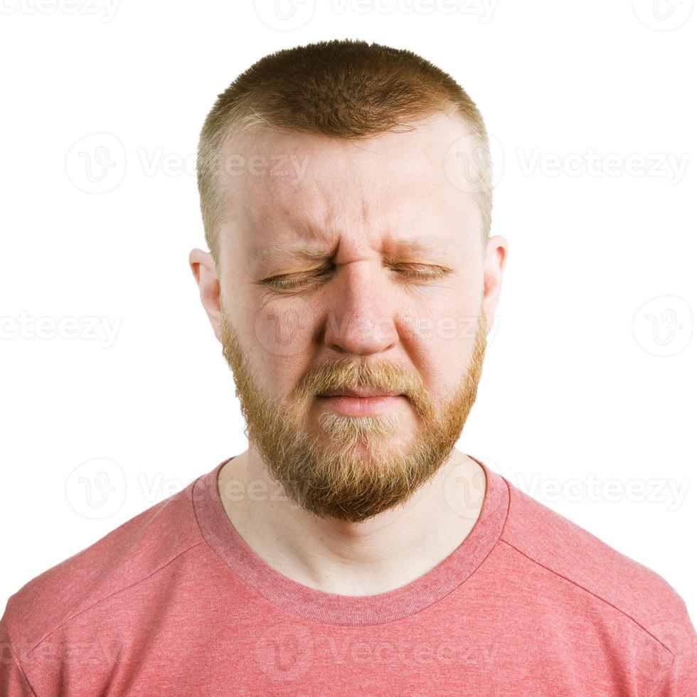 homme barbu les yeux fermés photo