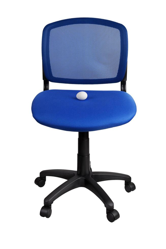 oeuf de poule se trouve sur une chaise de bureau photo