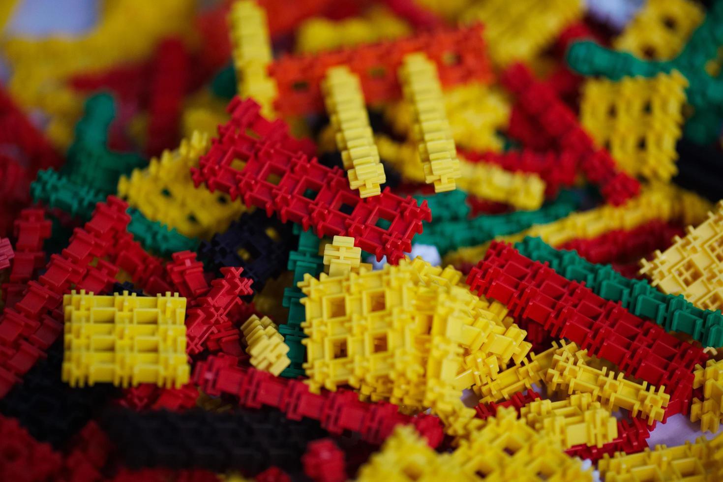 de nombreuses pièces en plastique multicolores photo