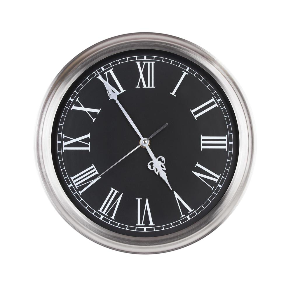 l'horloge ronde indique près de cinq heures photo