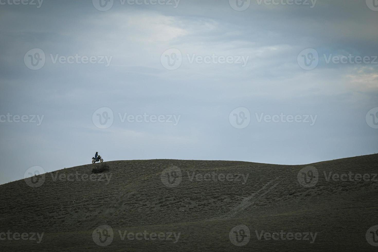 le motard fait de la moto sur les montagnes photo