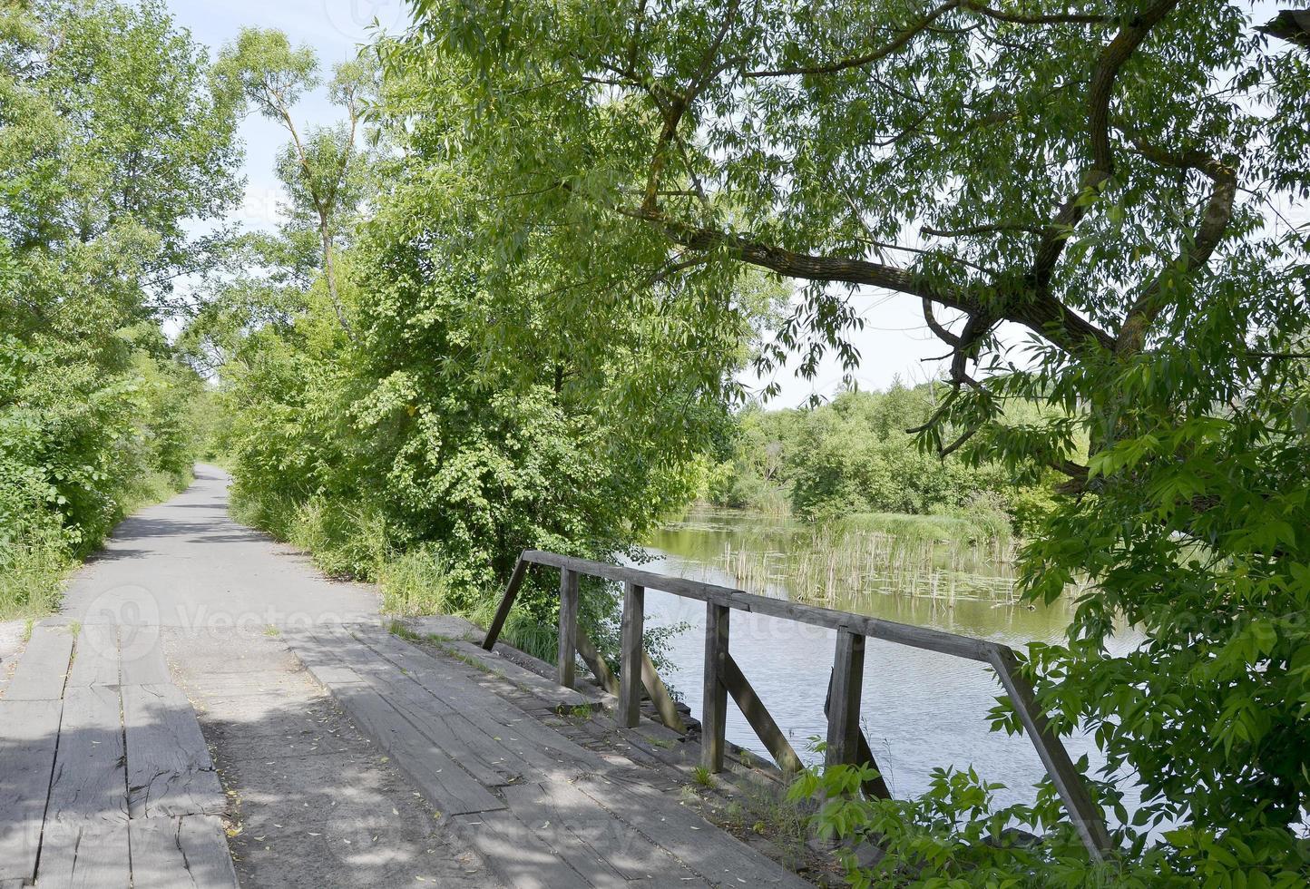 Vieux pont en bois magnifiquement debout sur la rivière en arrière-plan coloré photo