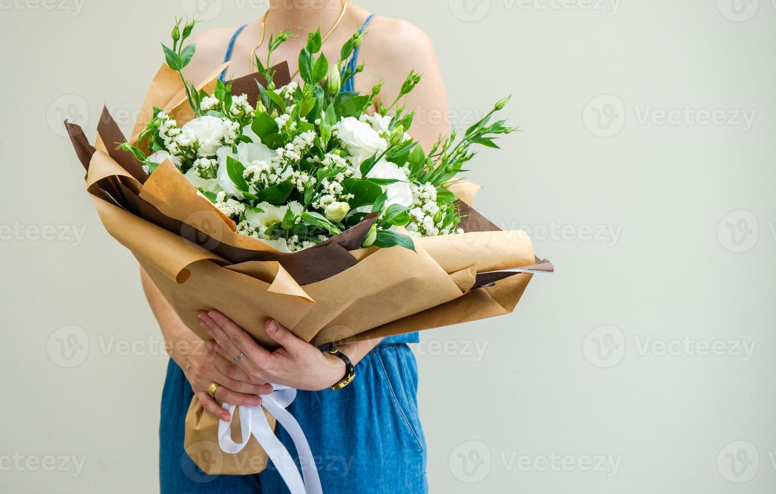 belles fleurs blanches d'eustoma en bouquet photo